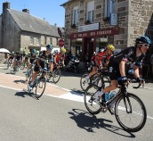 Le Peloton - that could be Chris Froome in the dark Sky jersey on the left!